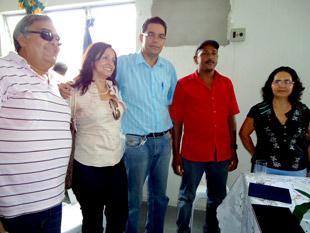 Toinho (de azul) então secretário da Agricultura de Araci ao lado da ex- prefeita Nenca.