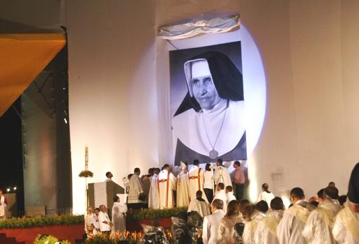 Especial Beatificação de Irmã Dulce: muita emoção dos fiéis durante descerramento da foto
