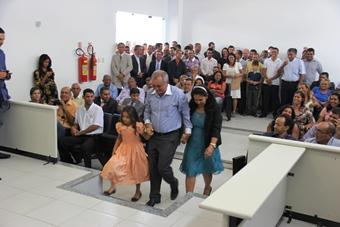 Amado Cunha acompanhado da esposa e neta para receber o diploma