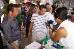 Cláudio (E) acompanha Feira de Saúde em Lajinha