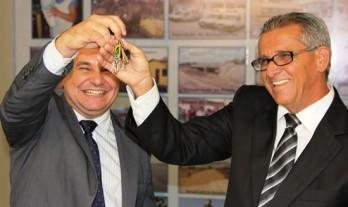 Momento em que Junior passava as chaves da prefeitura a Nafitel em 1º de janeiro de 2013.