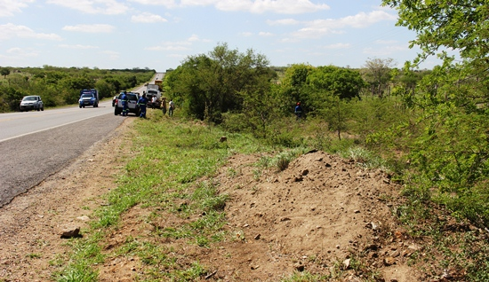 O veículo bateu neste barranco e voou levando pela frente árvores até parar depois de vários capotamentos.