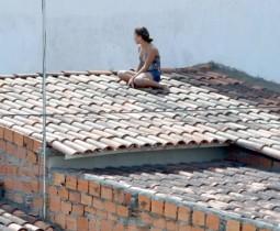 jovem em cima da casa