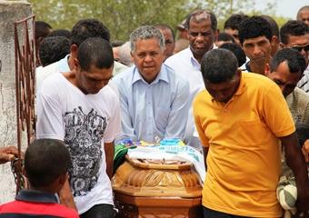 Renato Souza ao centro fez questão de entrar no cemitério segurando o caixão do melhor amigo.