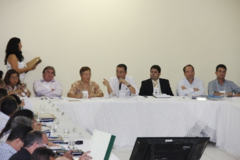 Encontro-de-Prefeitos-em-Tucano-mesa-foto-Raimundo-Mascarenhas.jpg