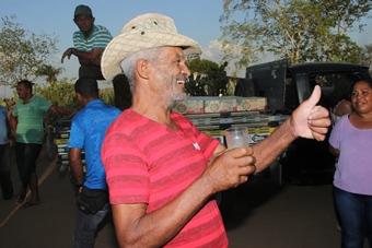 Cidadão aprova o suco que foi entregue para todos os moradores, a mesma quantidade de leite também foi entregue.