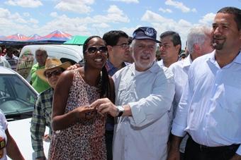 Um dos carros foi entregue a presidente da UNICAFES/BA Iara Andrade.