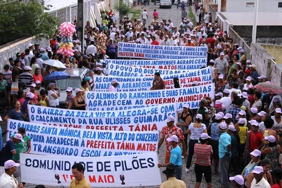 Dia do Trabalho em Riachão do Jacuípe - faixas-2 - foto- Raimundo Mascarenhas