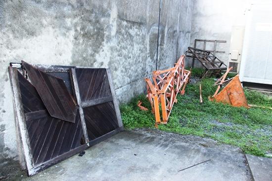 Portão caído e abandonado deixa o terreno totalmente desprotegido.