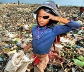 Menina trabalhando no lixão.