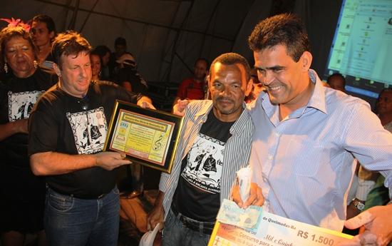 Prefeito Tarcísio paga prêmio a Josiel pelo primeiro lugar no concurso do hino do município.
