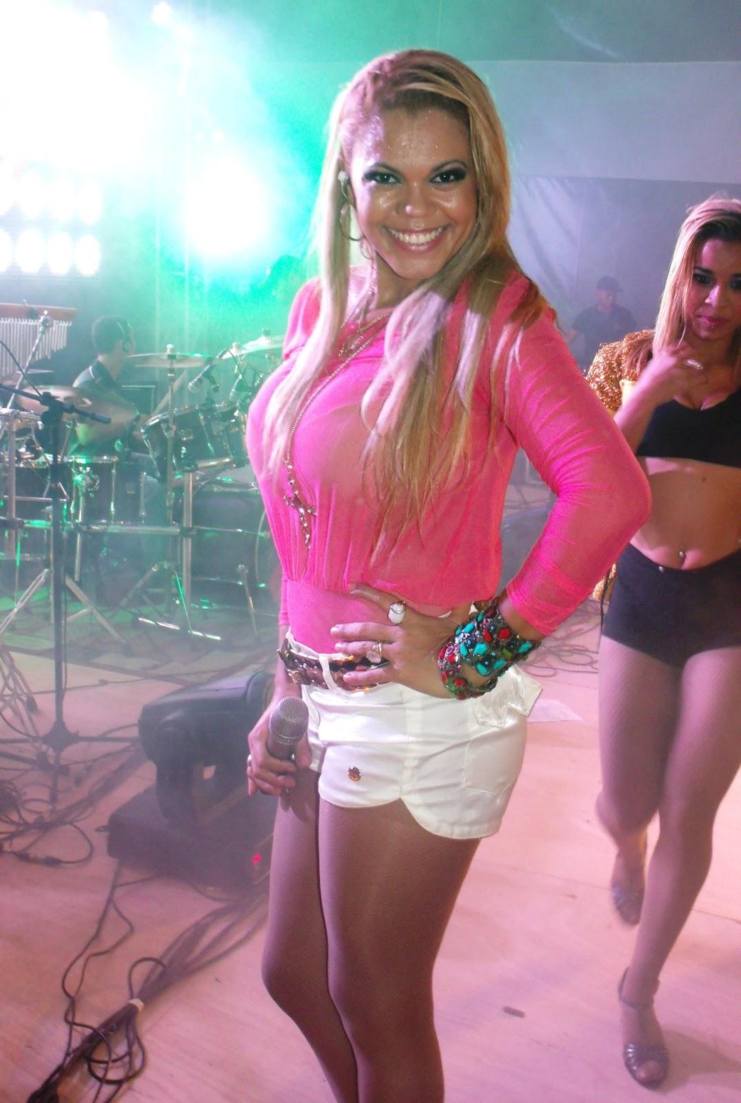 Camila Vitorino vocalista da Banda Menina Faceira.