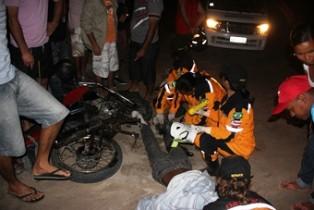 Keu teve uma perna presa as ferragens da moto que foi preciso usar uma serra para retirar. Ele sofreu queimadura do escapamento.
