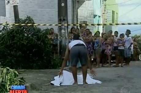 Vizinhos da vítima ajudaram a cobrir corpo com um lençol Reprodução/ Rede Record
