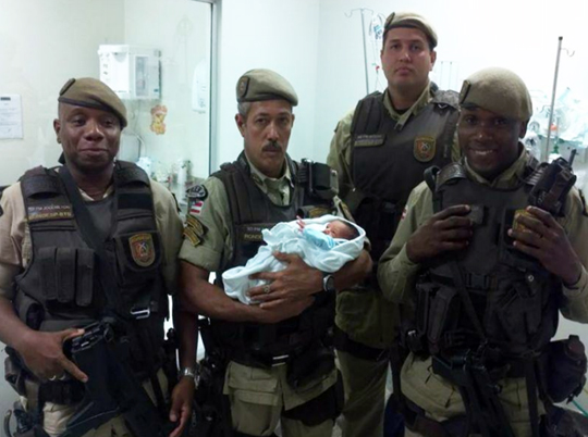 Policiais da Rondesp levaram o bebê para o Hospital do Subúrbio