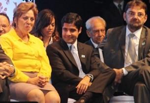 A cara de Valdir Pires logo atrás foi que não gostou nada de tanto aplauso para o prefeito do democratas.
