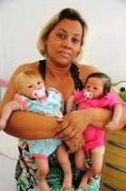 Lara (E) e Olívia são bebês com idades entre dois e três meses.