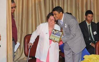 Professora Marielza recebeu a honraria das mãos de Gel de Tetê