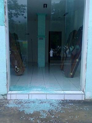 Após assalto a banco, funerária tem caixão levado (Foto: Carlino Souza / Minuto Notícias / Divulgação)
