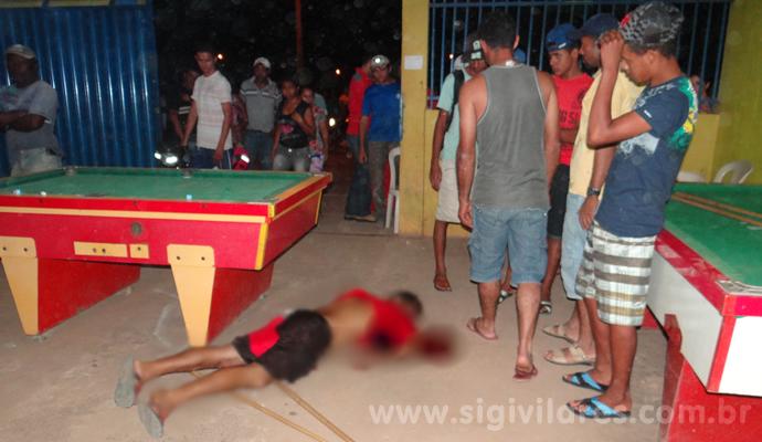 O corpo de Reno Barros Ferreira ficou estendido no chão do bar