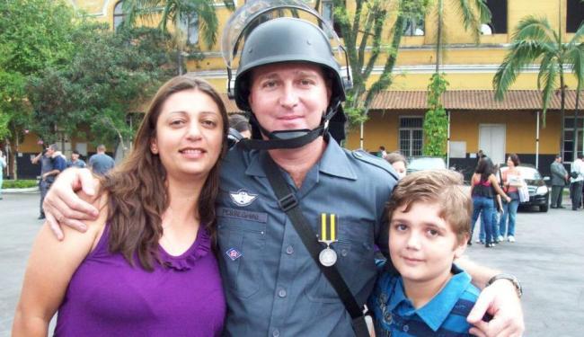 Luiz Marcelo Pesseghini (centro) ao lado da mulher e do filho de 13 anos
