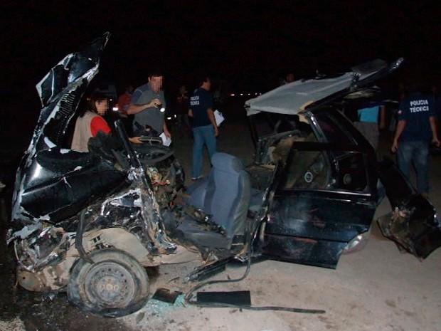 Carro ficou totalmente destruído em acidente na BR-101, em Teixeira de Freitas (Foto: Site Teixeira News)
