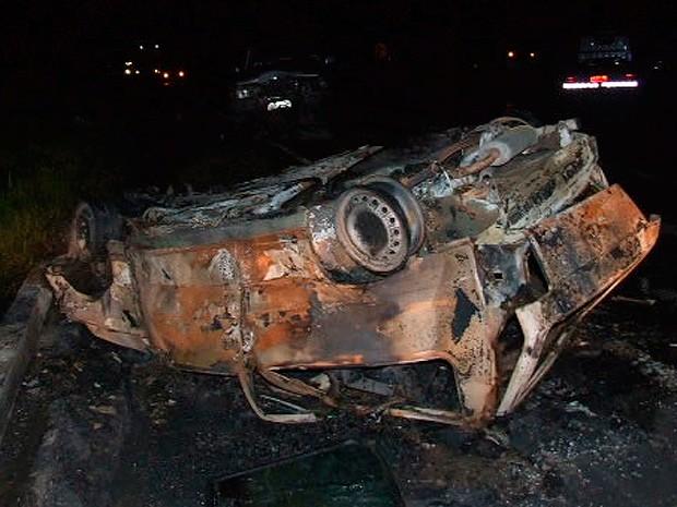 Outro veículo envolvido no acidente pegou fogo (Foto: Site Teixeira News)