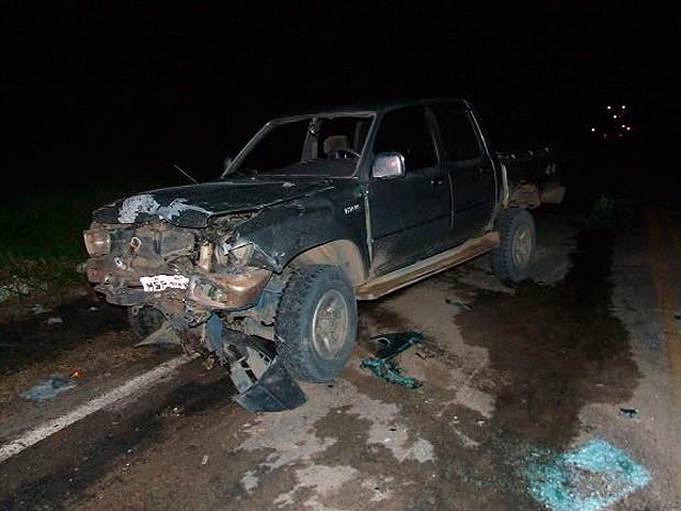 Caminhonete ficou com a frente destruída (Foto: Site Teixeira News)