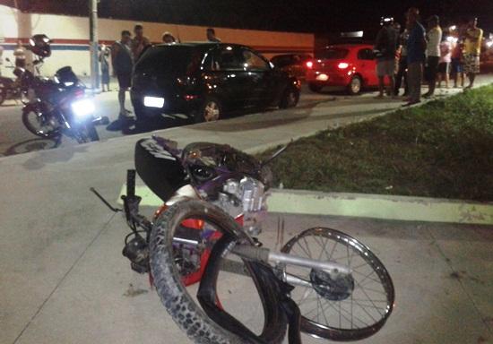 acidente entre moto e corsa-des