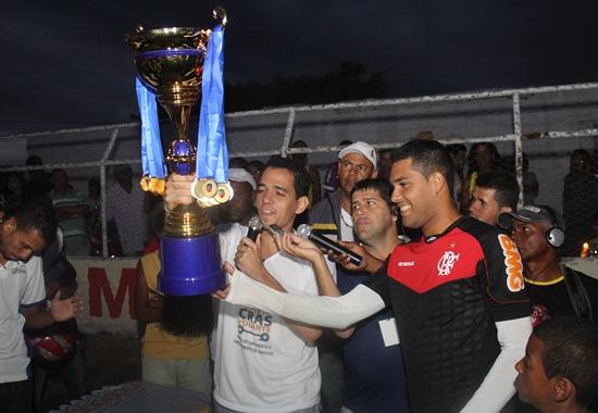O troféu de Campeão levou o nome do ex-prefeito Adevaldo Martins e foi entregue ao capitão do time o goleiro Wallison, pelo prefeito André Martins filho do homenageado.