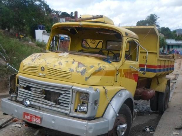Segundo informações da polícia, motorista do veículo fugiu logo após o acidente (Foto: Tiago Botino/ Itapetinga Agora.com)