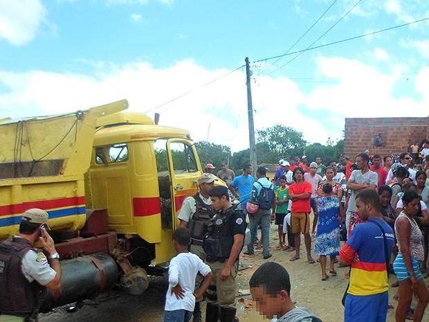 Caminhão atropela quatro crianças em Itapetinga, duas morreram na hora e duas foram levadas para hospital (Foto: Tiago Botino/ Itapetinga Agora.com)