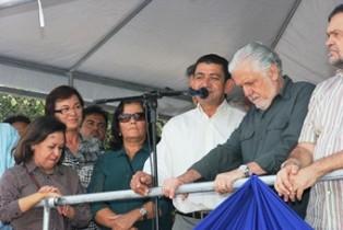 Neusa atenta ao discurso do prefeito Pedro de Baixa Grande