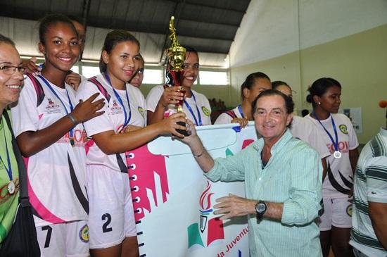 Vice-prefeito Eduardo Cedraz entrega de troféu