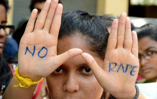 Estudante faz protesto contra estupros nesta sexta-feira (13) na cidade indiana de Hyderabad (Foto: AFP)