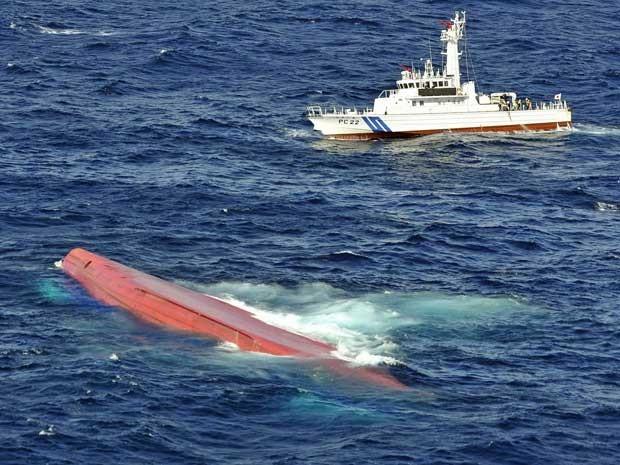 Cargueiro japonês virou na costa do Japão, após colidir com embarcação de Serra Leoa. (Foto: Kyodo News / Via AP Photo)