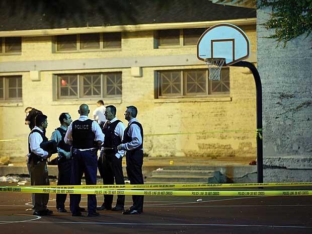 Polícia isola quadra de basquete do Cornell Square Park, em Chicago, onde várias pessoas foram baleadas. (Foto: Scott Olson / Getty Images / AFP Photo)