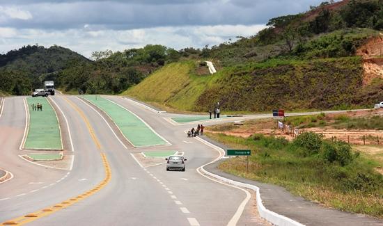 Na saída de Araçás pela BA 093 sentido Entre Rios  o motorista entra a direita e percorre quase 23 km até Itanagra