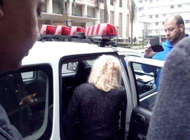 Vítima entra no carro da polícia | Foto: Antônio Nascimento / Banda B