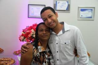 Ao lado da mãe a satisfação de dar continuidade ao projeto criado por Pedro Bispo falecido ha três anos.