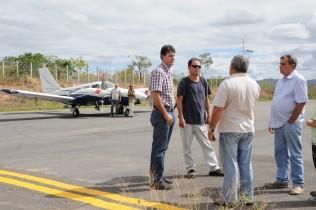 Prefeito João Filho e comitiva inspecionam o aeroporto de Itaberaba