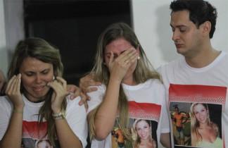 Na missa, muitos usavam camisas com imagens dos irmãos que morreram
