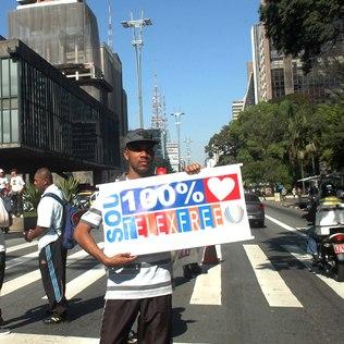 Divulgador da Telexfree participa de manifestação em apoio à empresa na Avenida Paulista (SP), em 5 de agosto de 2013