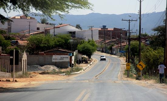 Faltando 10 km para Senhor do Bonfim, a BA 220 passa pelo centro de Igara, antiga Canoa, distrito importante do município e encontra-se no processo de emancipação.