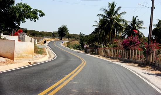 No trecho entre Igara/Senhor do Bonfim, estão sendo construídas várias chácaras e 02 km antes do contorno com a BR 407, fica o IF Baiano.
