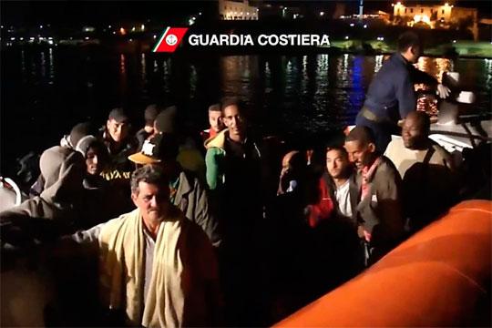 Sobreviventes do barco de asilo que naufragou perto de Lampedusa foram auxiliados pela guarda costeira italiana