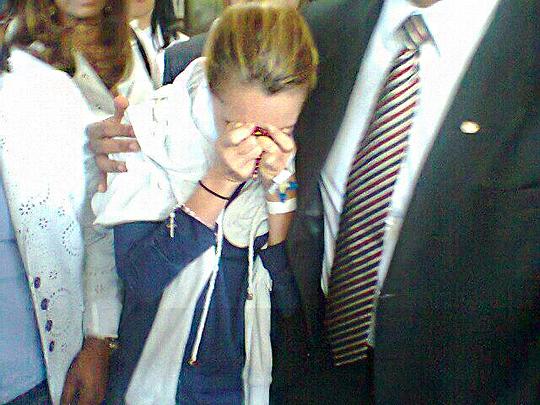 Kátia Vargas deixou Hospital Aliança na quinta-feira em viatura da Polícia Civil (Foto: Jurimar Soares)