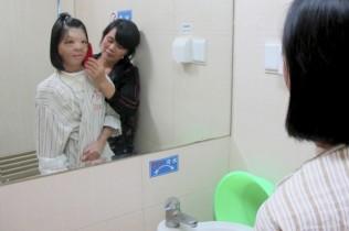 A garota Xu Jianmei, de 17 anos, passou por uma reconstrução de face.  (Foto: Reuters/China Daily)