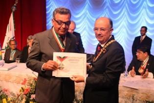 Ha duas semanas o deputado recebeu das mãos do prefeito um medalha em homenagem ao aniversário de Feira de Santana.