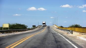 Caminhão sobre a ponte do Rio São Francisco sentido Penambuco/Bahia